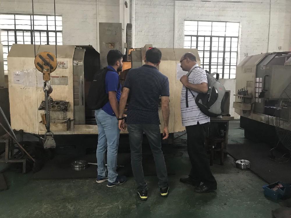 国外客户参观工厂车间
